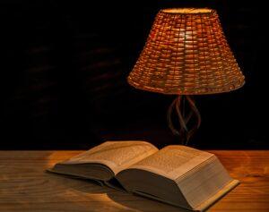 Ein Buch mit einer Leselampe